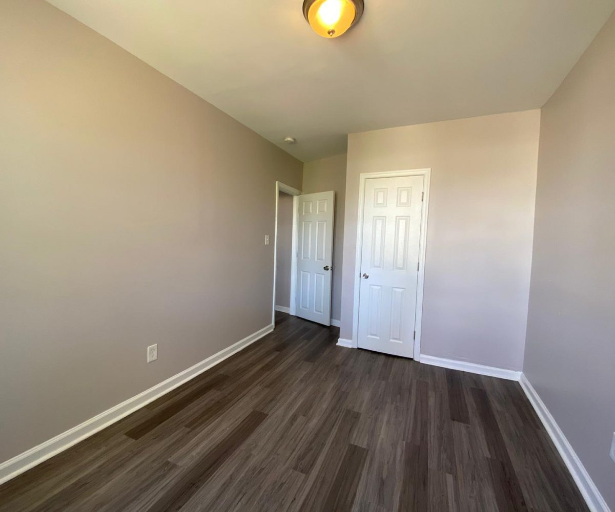 Large Bedroom with view of door in 534 Beaumont Ave